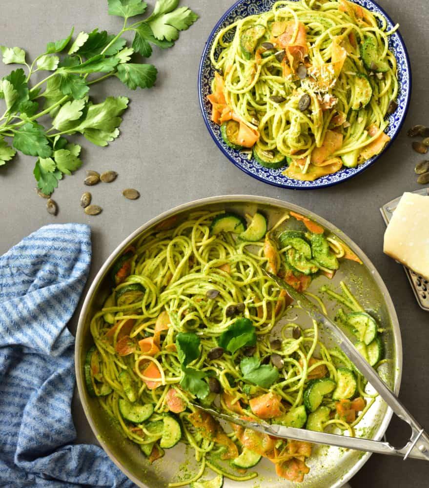 Makaron kukurydziany z marchewką, cukinią i pesto z pietruszki Corn pasta with carrot, zucchini and parsley pesto
