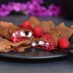 Czekoladowe naleśniki z waniliowym serkiem i sosem malinowym Chocolate crepes with vanilla cottage cheese and raspberry sauce
