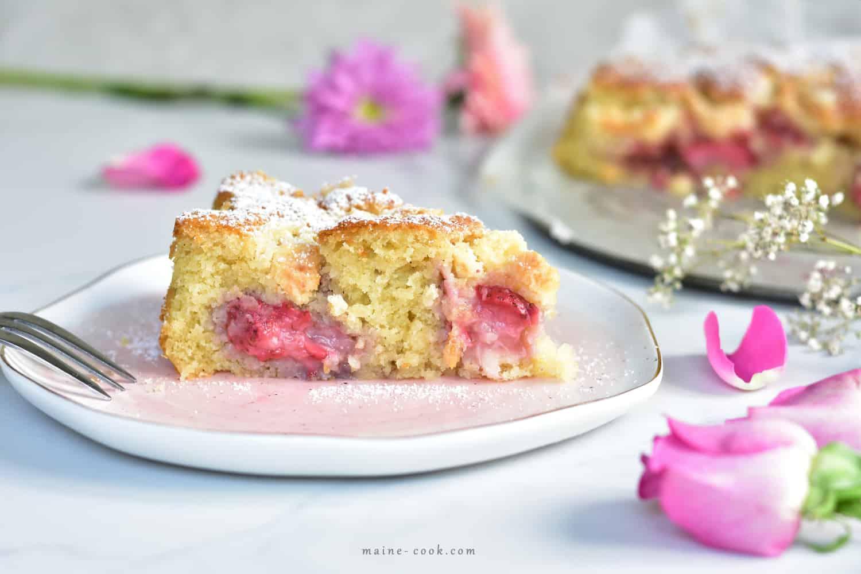 ciasto kokosowe z truskawkami i kokosową kruszonką Coconut cake with strawberries and coconut crumble