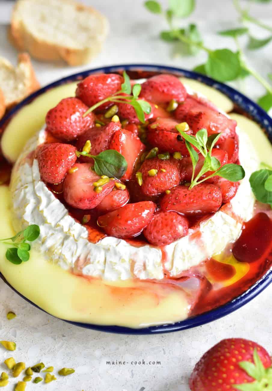Pieczony camembert z balsamicznymi truskawkami Baked camembert with balsamic strawberries