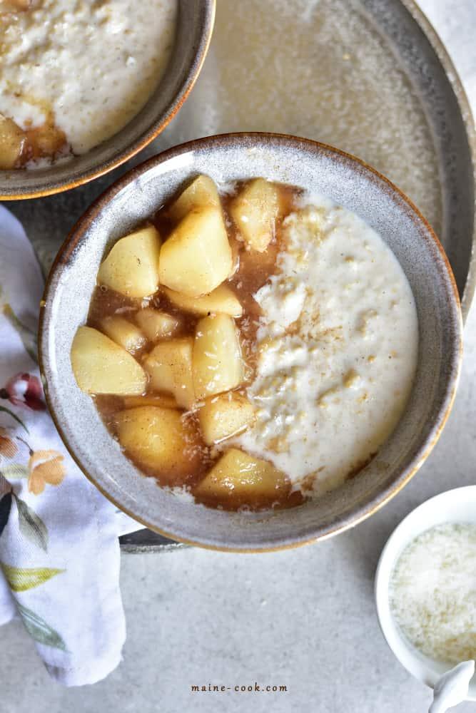 Kokosowa owsianka z gruszkami Creamy coconut oatmeal with spiced pears