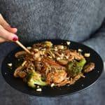 Chicken with vegetables and noodles in chinese plum sauce Kurczak z warzywami i makaronem w chińskim sosie śliwkowym