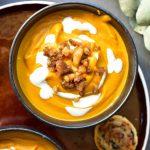 Zupa dyniowa z imbirem, palonym masłem i karmelizowanymi kasztanami Pumpkin ginger and brown butter soup with caramelized chestnuts