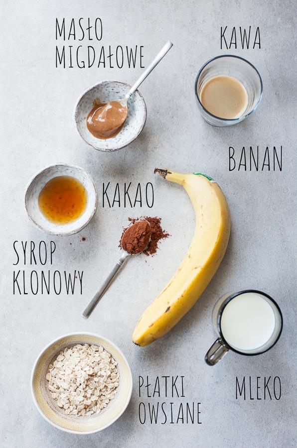 składniki na smoothie kawowe z bananem i płatkami owsianymi na stole