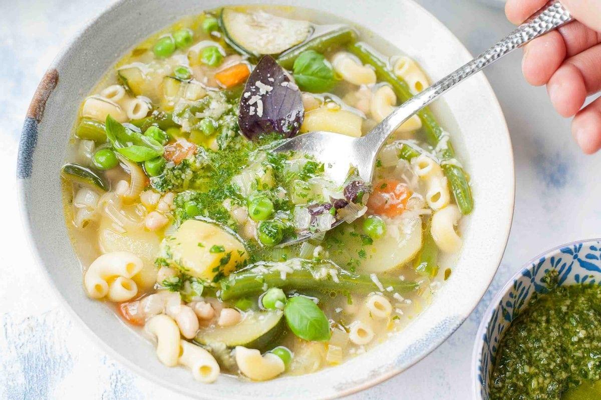 Francuska zupa jarzynowa (Soupe au Pistou) nabierana łyżką