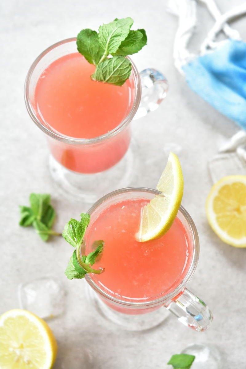 2 szklanki z lemoniadą arbuzową z miętą