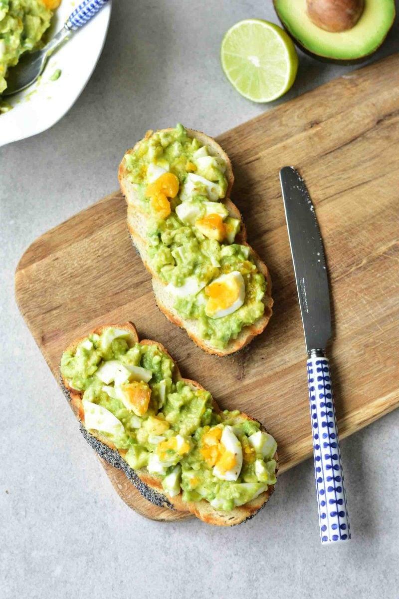 pasta z awokado i jajek na kromkach chleba