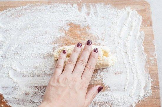 ciasto na gnocchi z ricottą jest rolowane w wałek