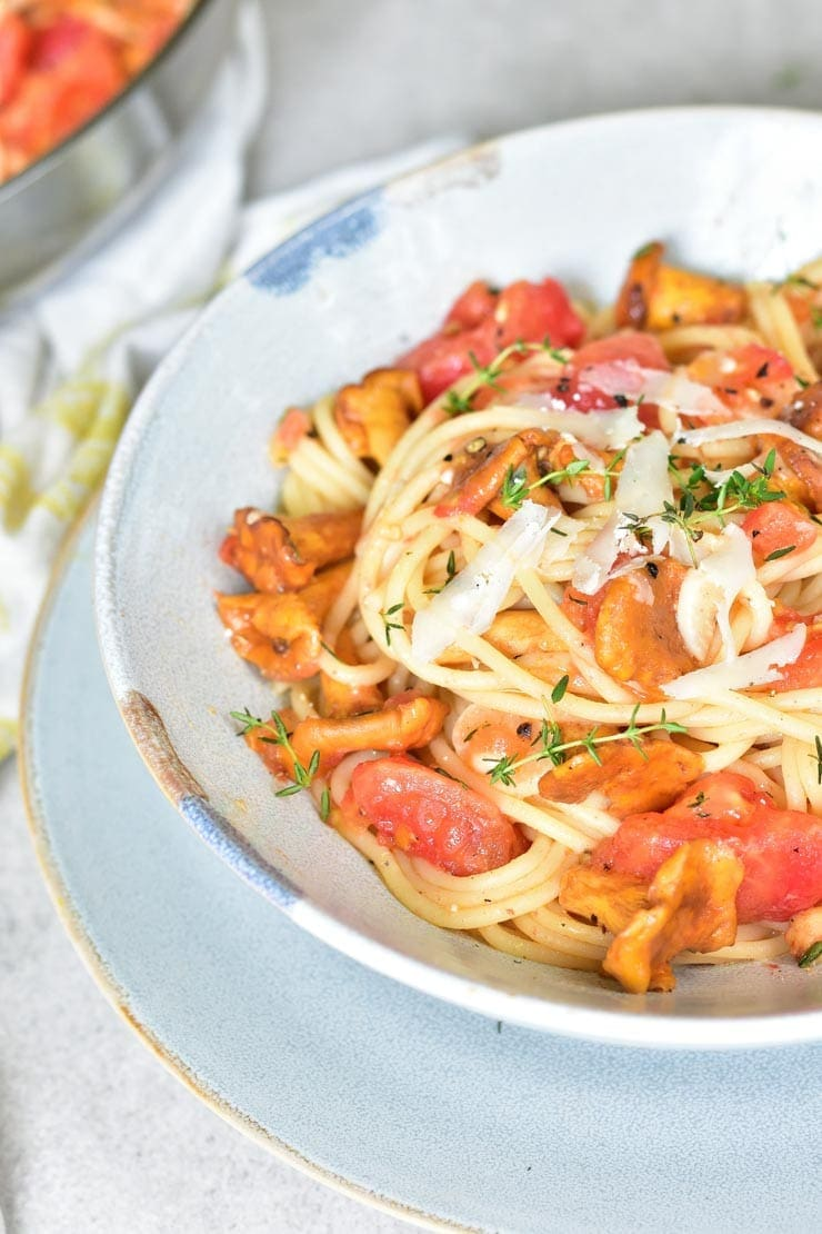 close up shot on spaghetti with chanterelles and tomatoes