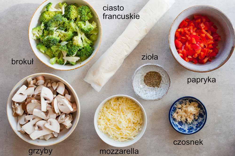 składniki na ciasto francuskie z warzywami i serem