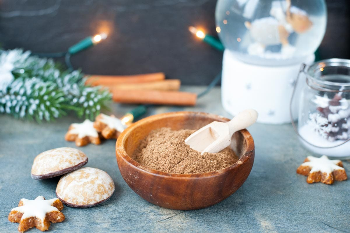 gingerbread spice mix in a brown bowl