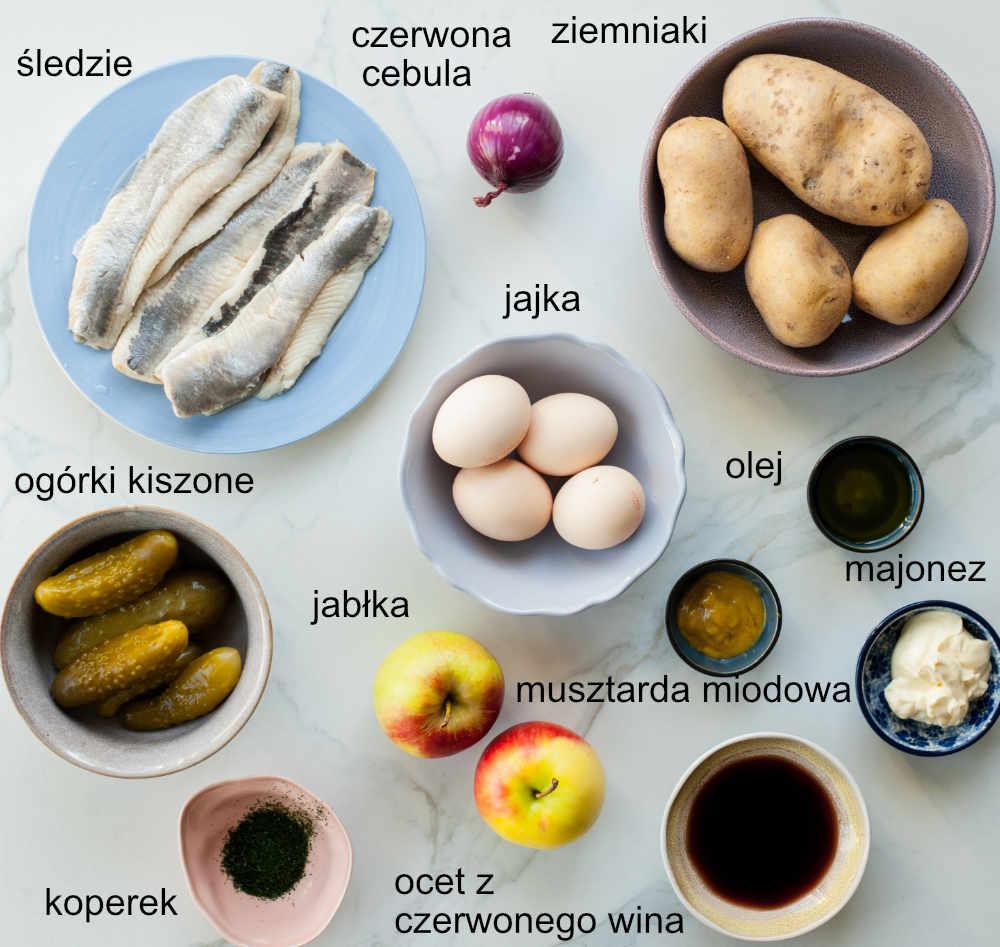 składniki na sałatka śledziową z ziemniakami, jajkiem, ogórkiem kiszonym i jabłkiem