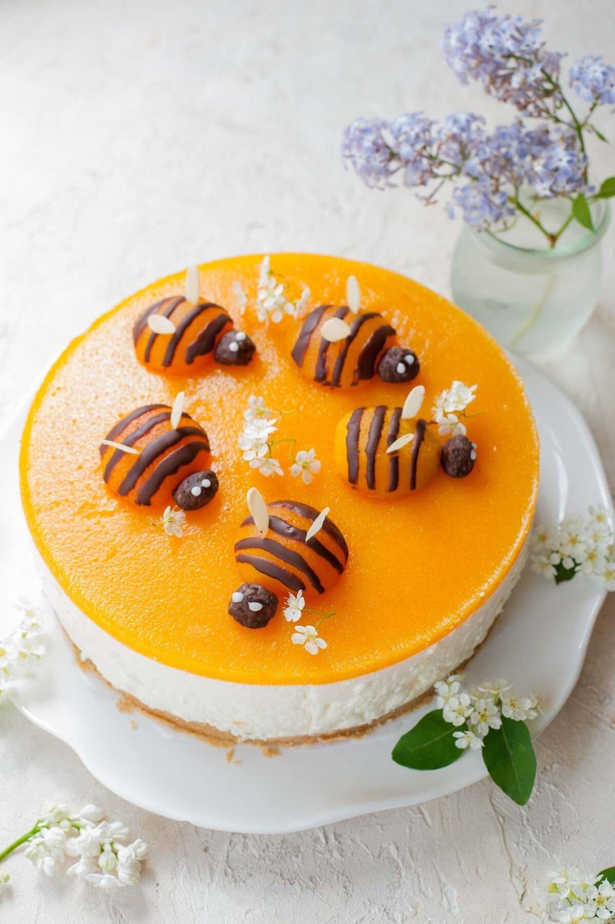 Sernik bez pieczenia z jogurtów greckich z musem morelowym i morelowymi pszczołami