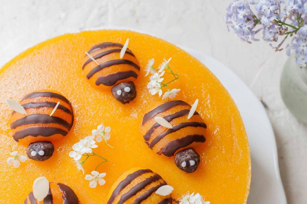 pszczoły zrobione z moreli i czekolady