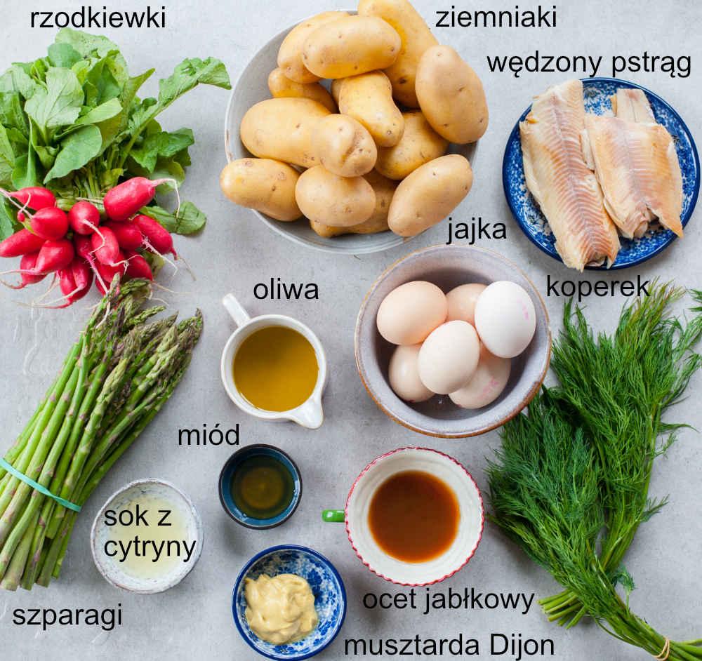 składniki na sałatkę z ziemniakami, szparagami, jajkiem i wędzoną rybą
