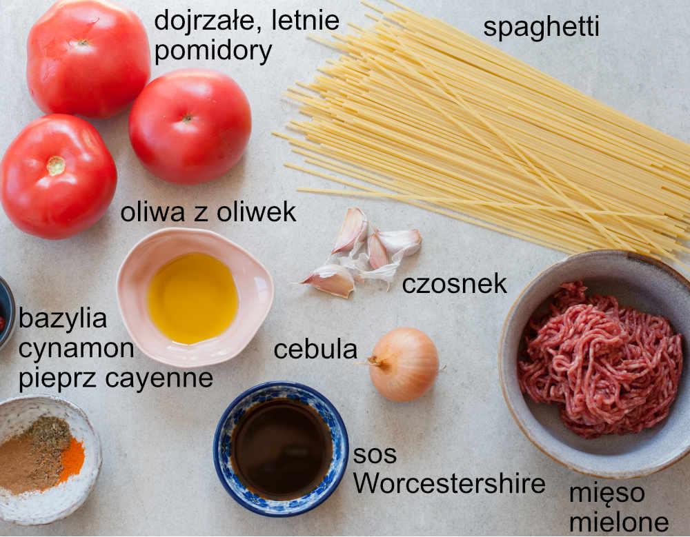 składniki na szybkie spaghetti z sosem z mięsem mielonym i świeżymi pomidorami