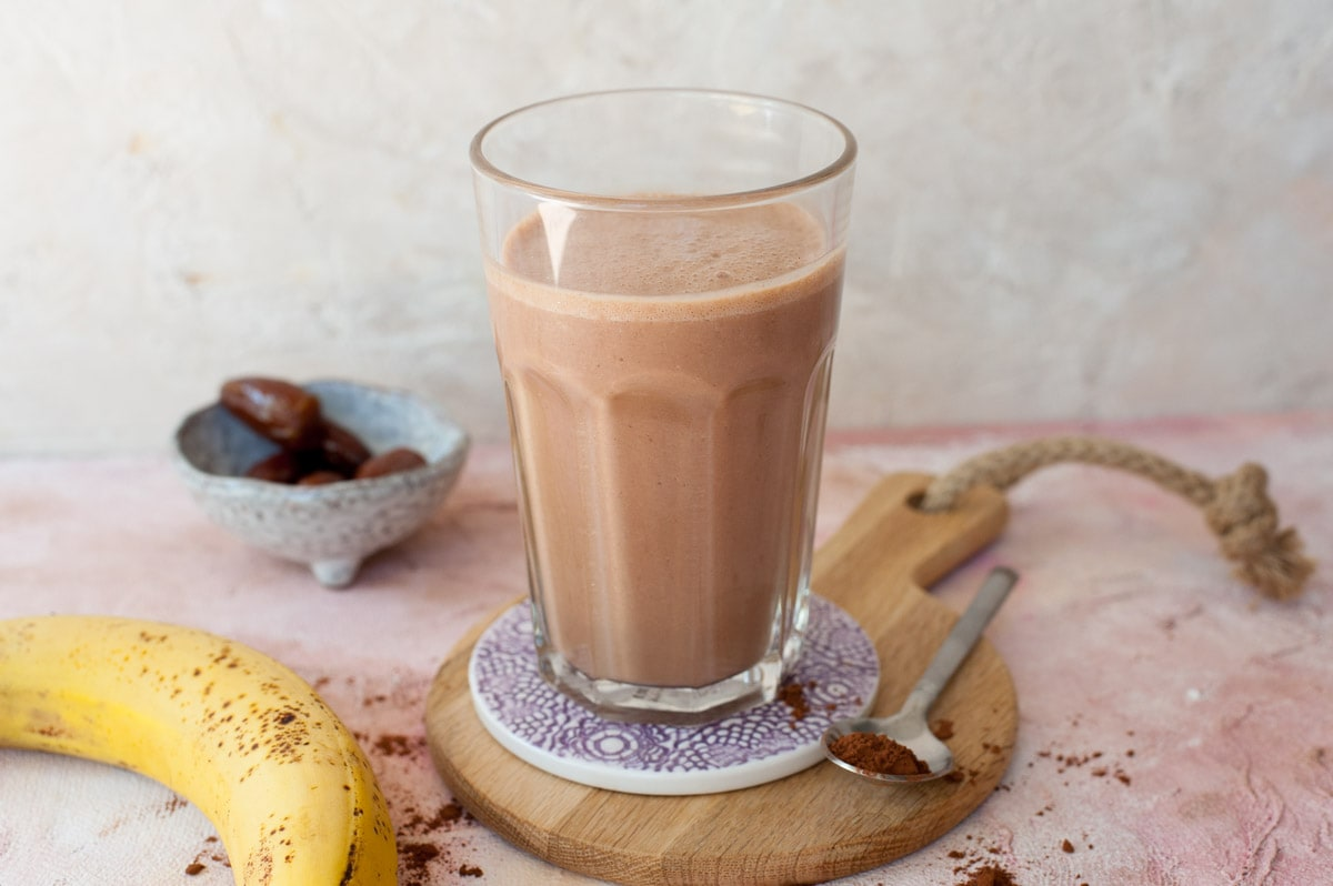 Smoothie czekoladowe z masłem orzechowym i bananem w wysokiej szklance
