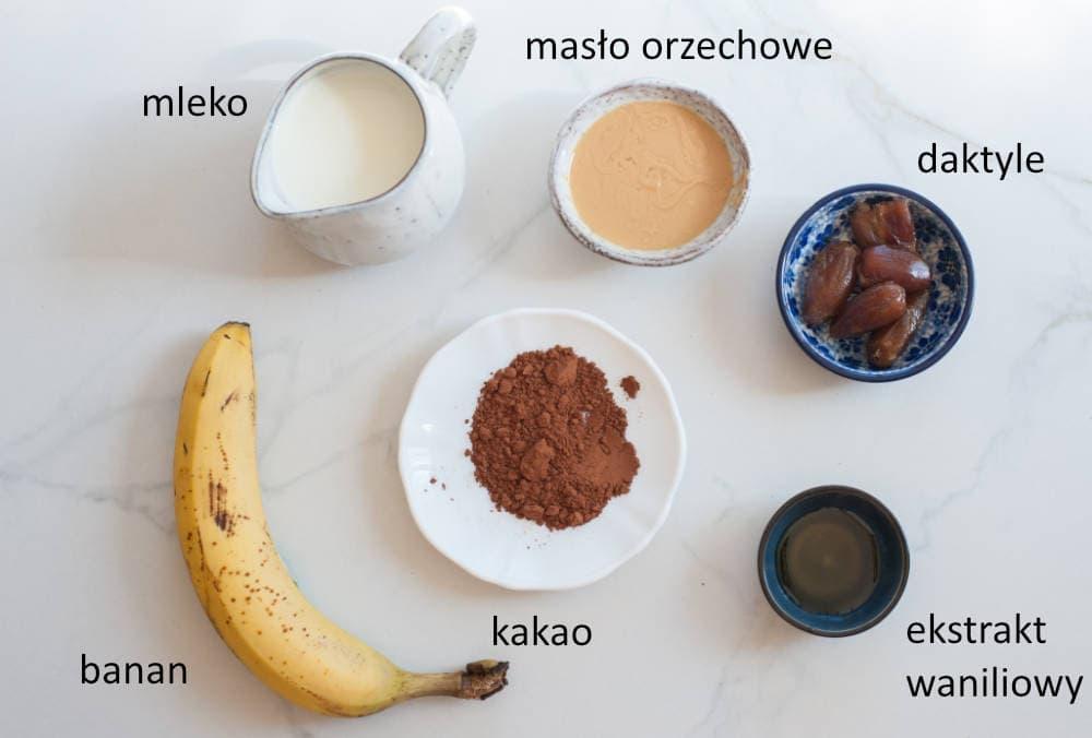 składniki na smoothie czekoladowe z masłem orzechowym i bananem