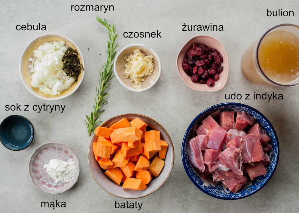 Składniki potrzebne do przygotowania gulaszu z indyka z batatami.