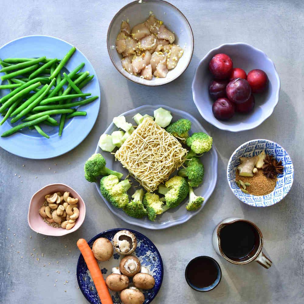 składniki potrzebne do przygotowania kurczaka w chińskim sosie śliwkowym z warzywami i makaronem