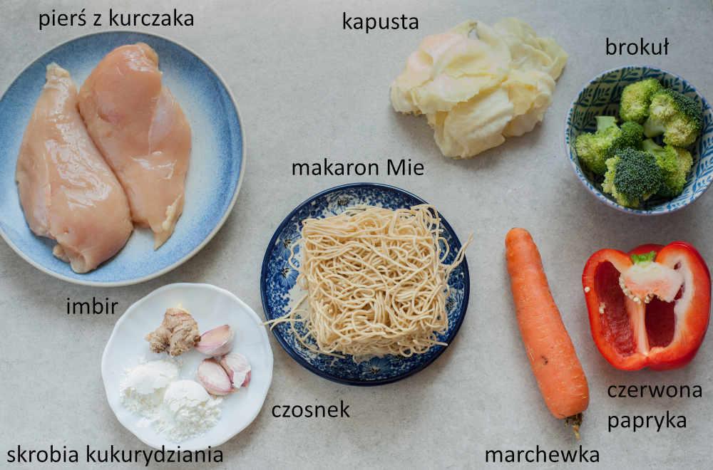 Składniki potrzebne do przygotowania makaronu z sosem z masła orzechowego z kurczakiem i warzywami.