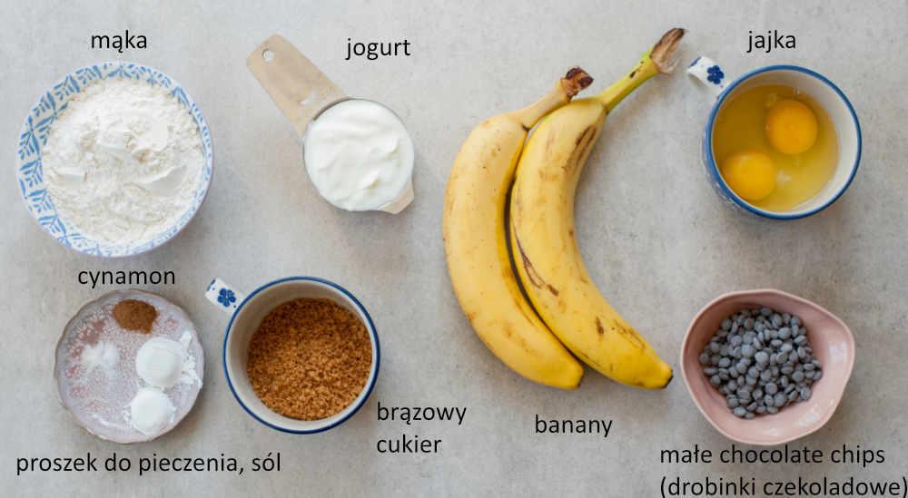 składniki potrzebne do przygotowania placków z bananami i czekoladą