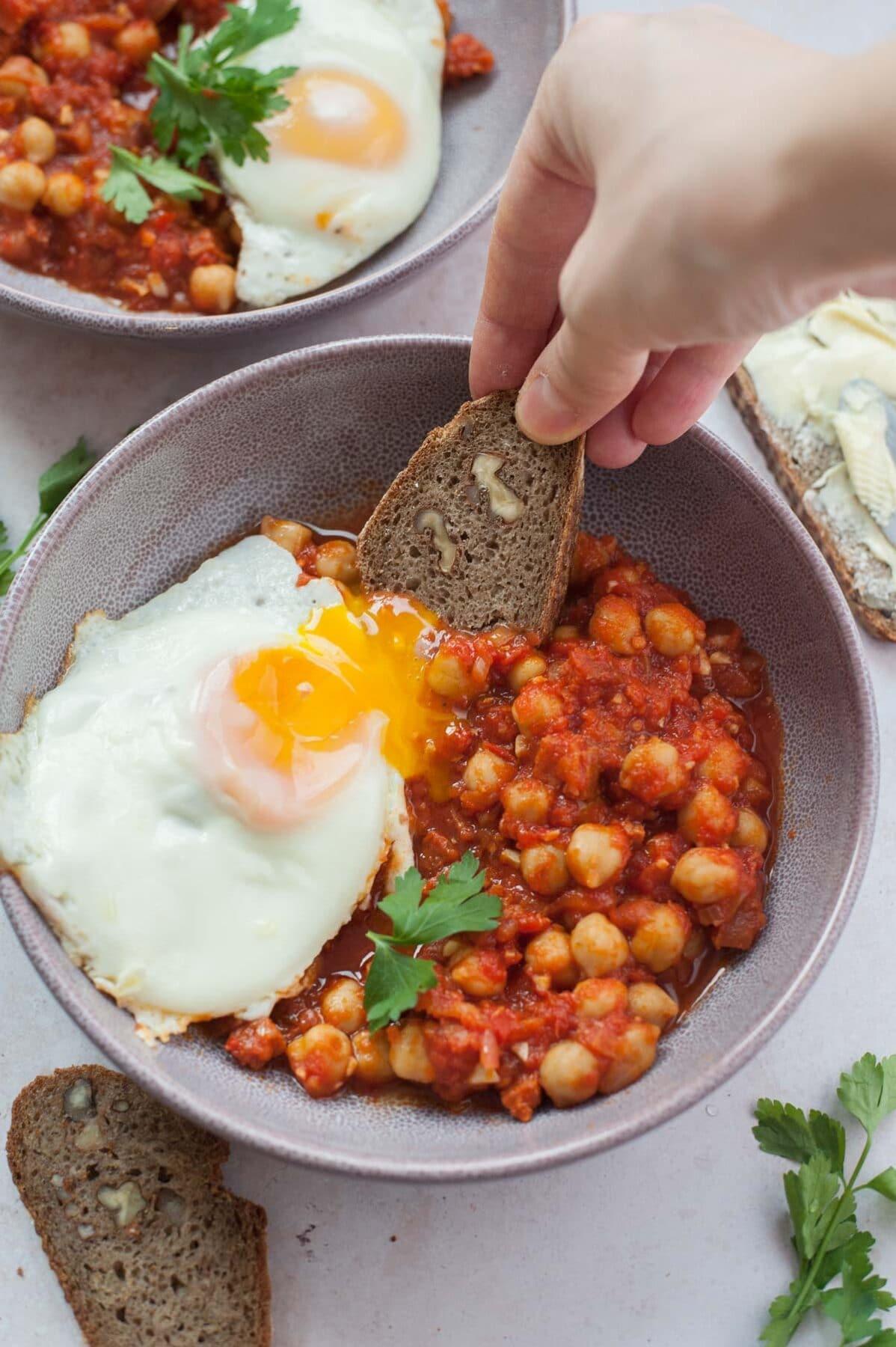 Chleb maczany w płynnym żółtku u sosie pomidorowym z ciecierzycą i chorizo.