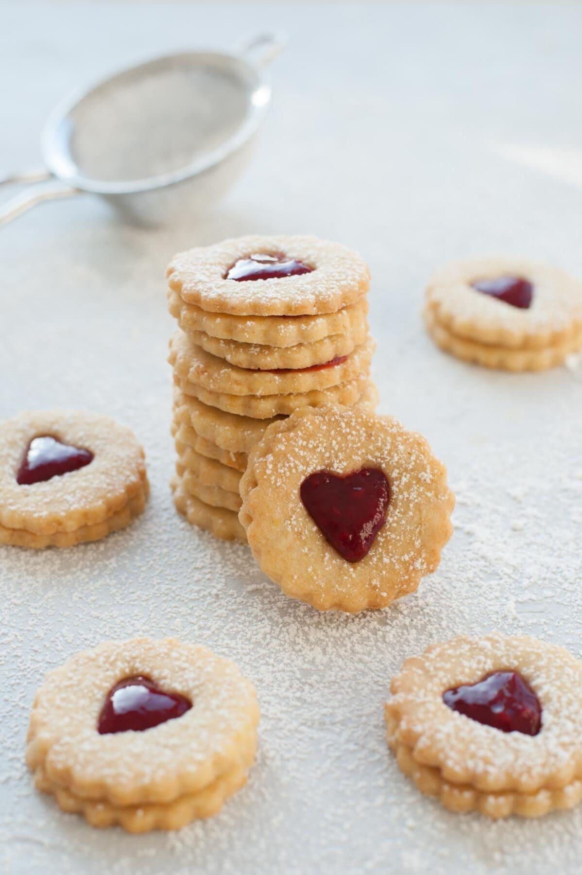 Ciasteczka Linzer w kształcie serca ułożone w stos.