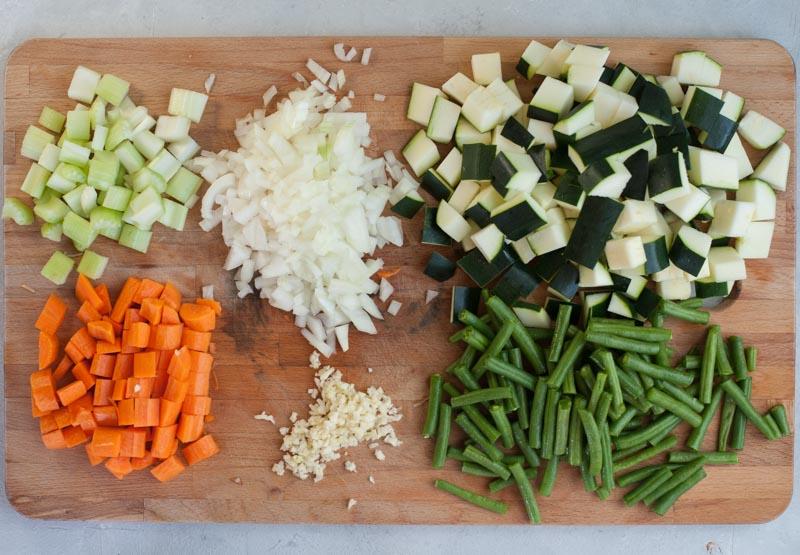 Posiekane warzywa potrzebne do zupy warzywnej z tortellini.