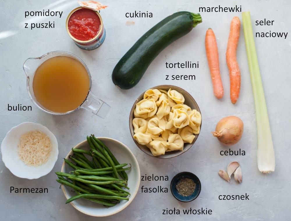 Składniki potrzebne do przygotowania zupy warzywnej z tortellini.