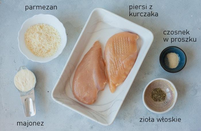 Składniki potrzebne na piersi z kurczaka w majonezie.