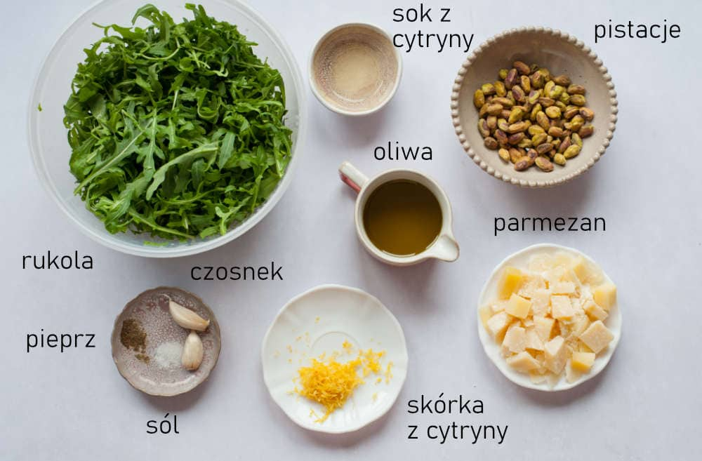 Składniki potrzebne do przygotowania pesto z rukoli.