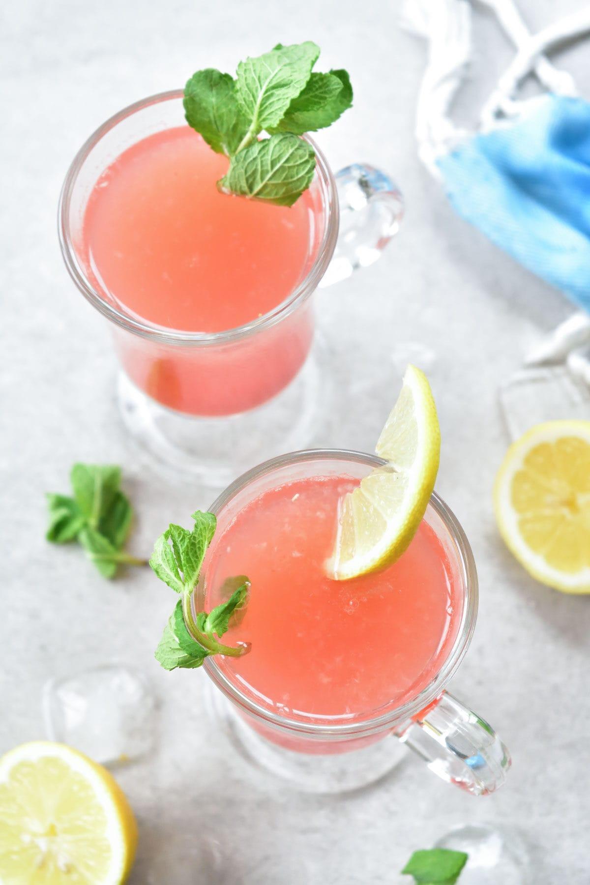 Dwie szklanki z lemoniadą arbuzową z miętą.